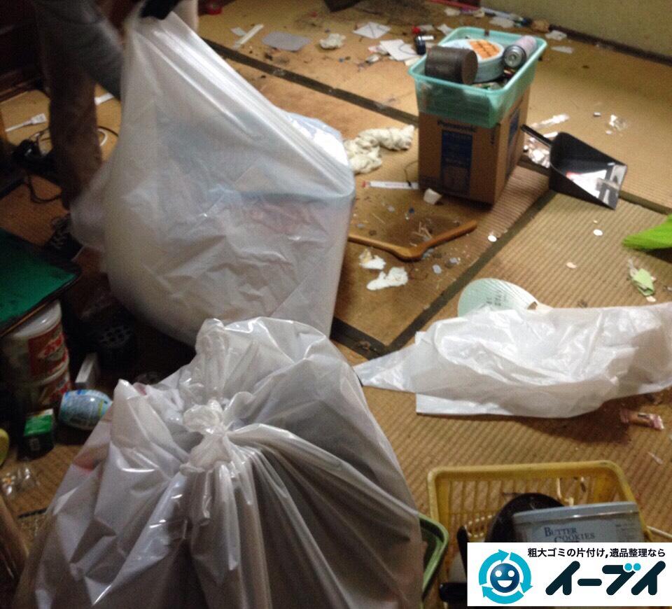 9月17日 大阪市生野区で生活用品や衣類が散乱しているゴミ屋敷の片付けをしました。写真1