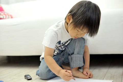 子供がつけた壁の落書きやシール跡を落とすには??1
