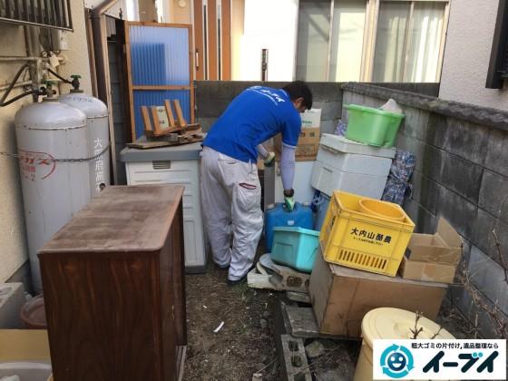 11月25日 大阪府寝屋川市で庭の物置や植木鉢などの廃品や粗大ゴミの不用品回収作業。写真2