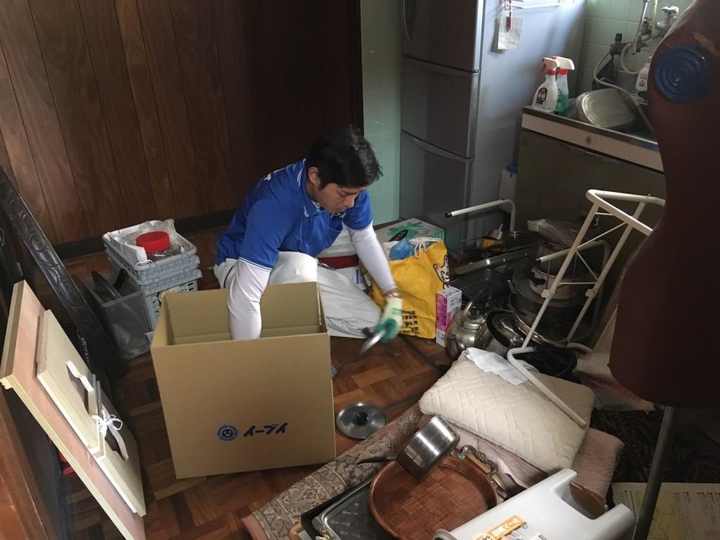 11月29日 大阪府大阪市西淀川区で遺品整理に伴う食器棚の家具や粗大ゴミの片付け処分をしました。写真2