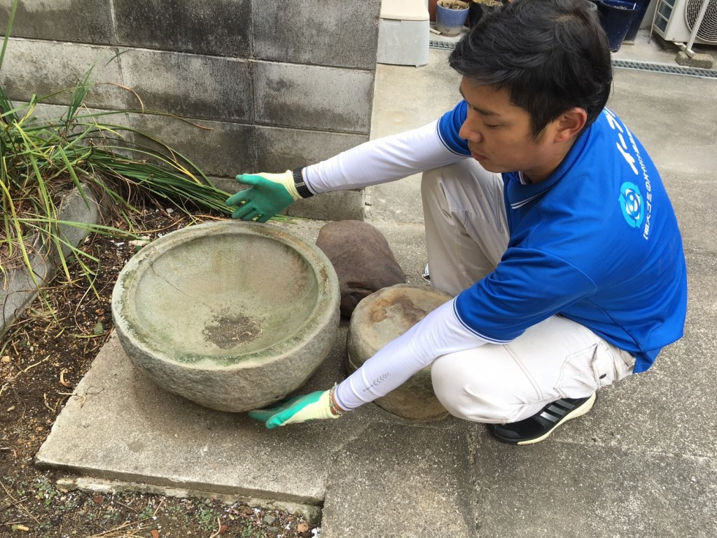 1月16日 大阪府岸和田市で庭の植木や石臼など廃品や粗大ゴミの不用品回収をしました。写真1