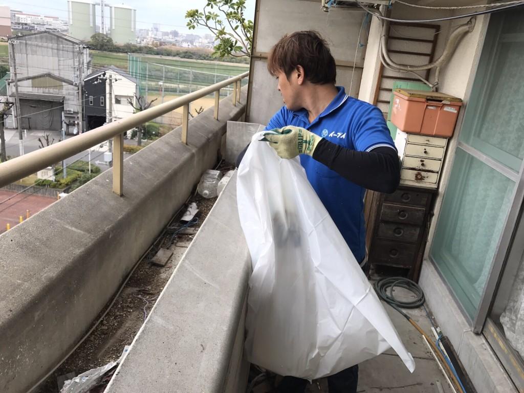 12月7日 大阪府大阪市住吉区でベランダのブロックや廃品など粗大ゴミの不用品回収作業。写真5