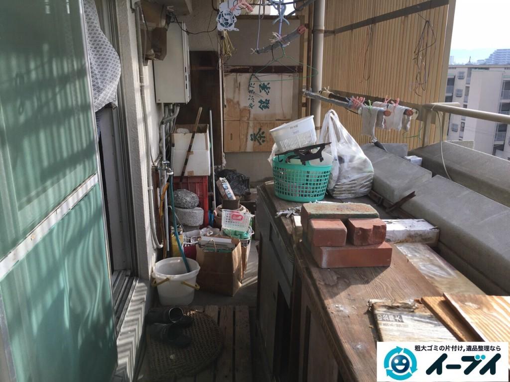 12月7日 大阪府大阪市住吉区でベランダのブロックや廃品など粗大ゴミの不用品回収作業。写真3