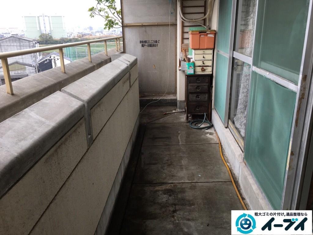 12月7日 大阪府大阪市住吉区でベランダのブロックや廃品など粗大ゴミの不用品回収作業。写真2