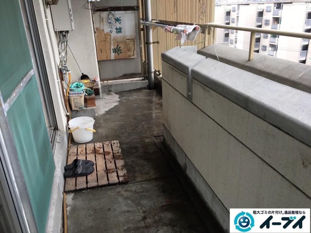 12月7日 大阪府大阪市住吉区でベランダのブロックや廃品など粗大ゴミの不用品回収作業。写真1