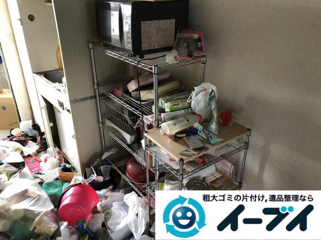 2018年11月19日大阪府大阪市鶴見区でワンルームに散乱したゴミ屋敷状態の汚部屋の片付け作業。写真1