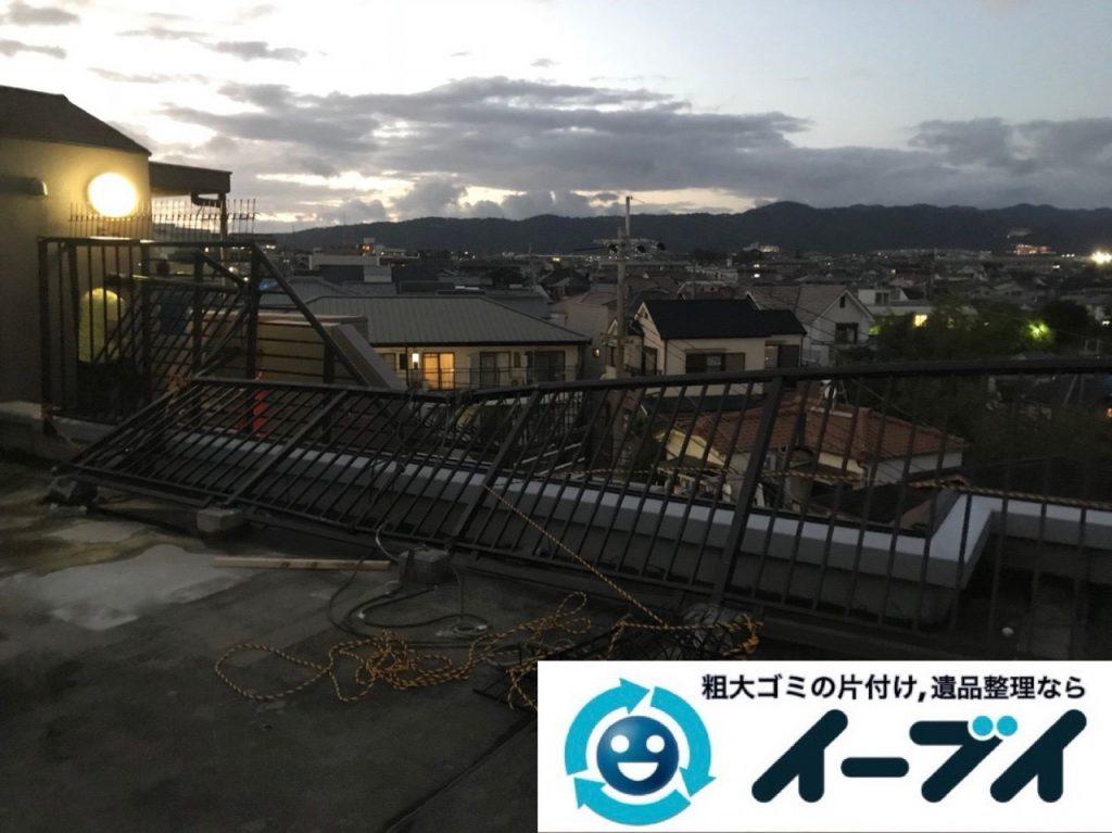 2018年11月17日大阪府大阪市阿倍野区で台風の被害で倒れた物置の解体処分。写真1