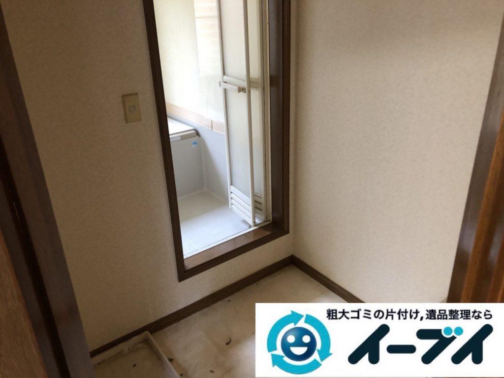 2019年1月10日大阪府八尾市で衣類や雑ゴミが散乱したプチゴミ屋敷の片付け作業。写真4人