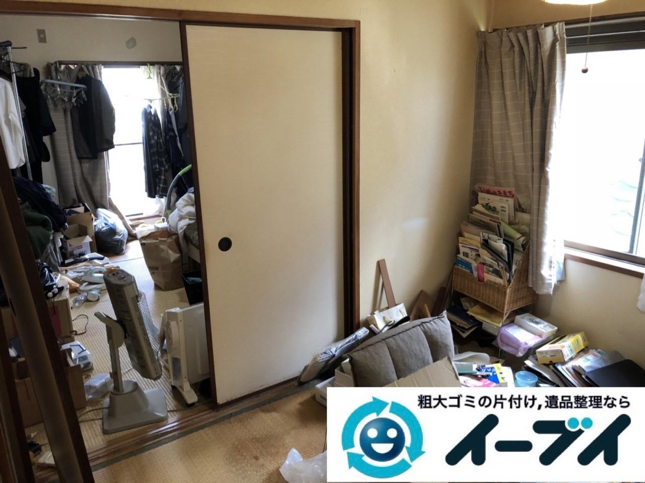 2019年1月10日大阪府八尾市で衣類や雑ゴミが散乱したプチゴミ屋敷の片付け作業。写真1