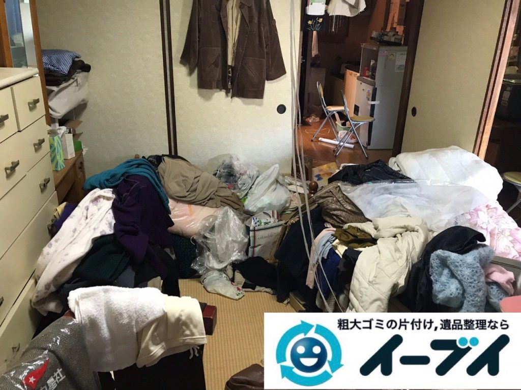 2019年1月14日大阪府大阪市住吉区で衣類や生活用品が散乱したお部屋の片付け作業。写真4
