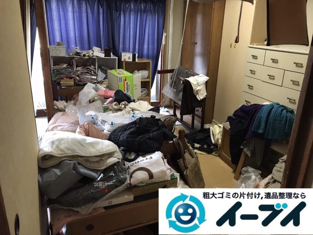 2019年1月14日大阪府大阪市住吉区で衣類や生活用品が散乱したお部屋の片付け作業。写真2