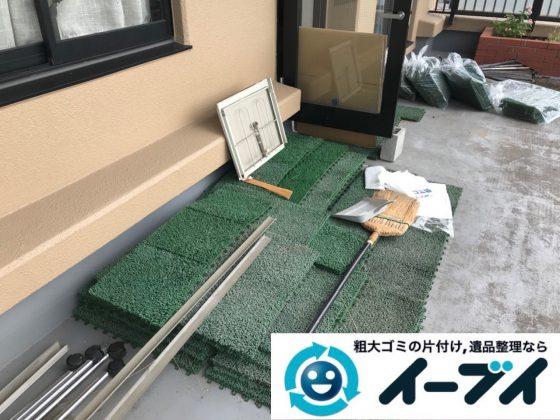 2018年12月8日大阪府大阪市住吉区で台風の被害で物が散乱したベランダの片付け。写真2