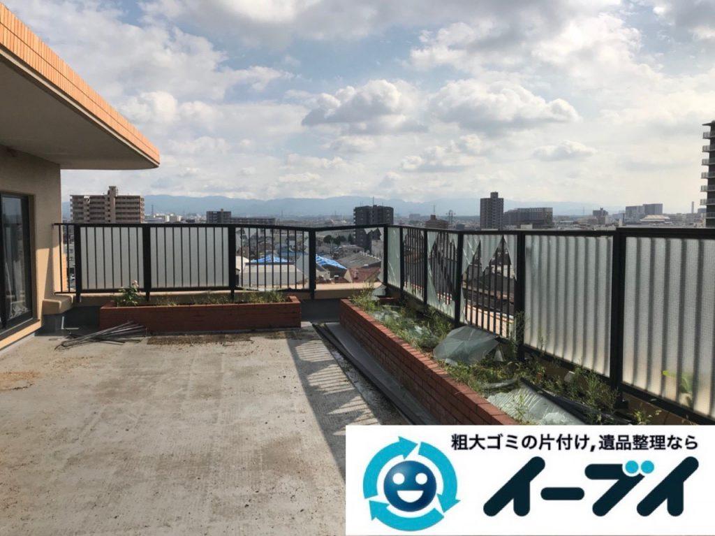 2018年12月8日大阪府大阪市住吉区で台風の被害で物が散乱したベランダの片付け。写真1