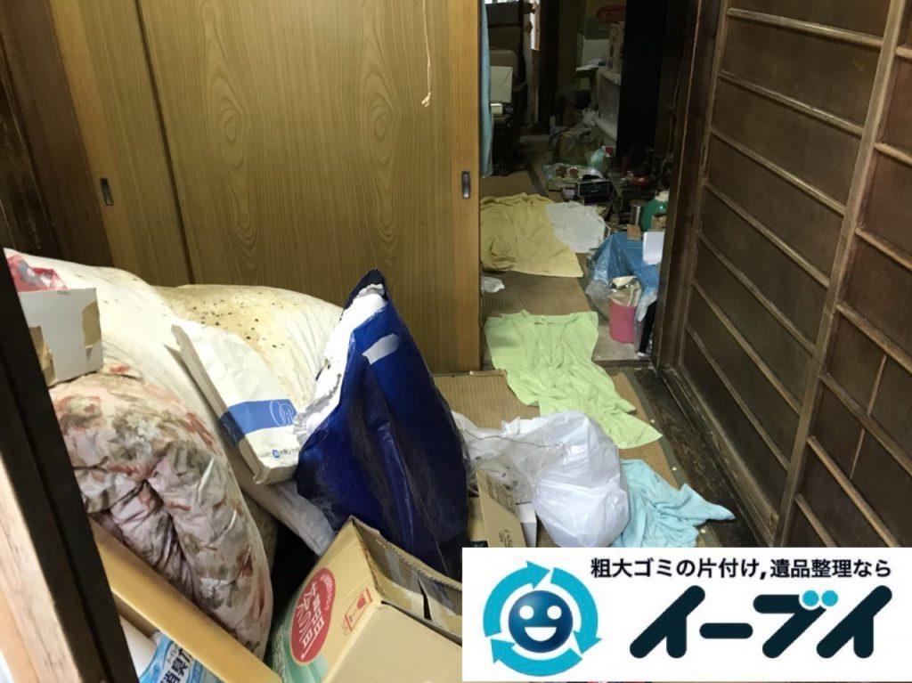 2019年4月8日大阪府吹田市で生活用品や生活ゴミが散乱したゴミ屋敷の片付け作業。写真3