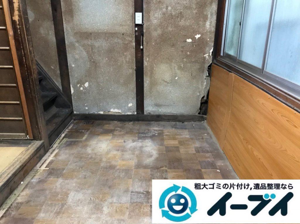 2019年4月8日大阪府吹田市で生活用品や生活ゴミが散乱したゴミ屋敷の片付け作業。写真2
