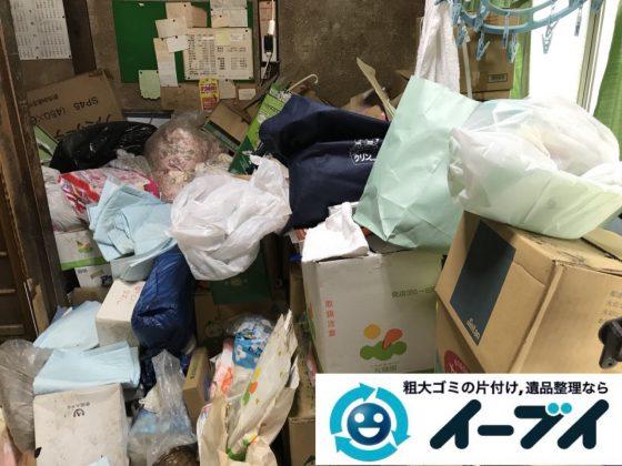 2019年4月8日大阪府吹田市で生活用品や生活ゴミが散乱したゴミ屋敷の片付け作業。写真1