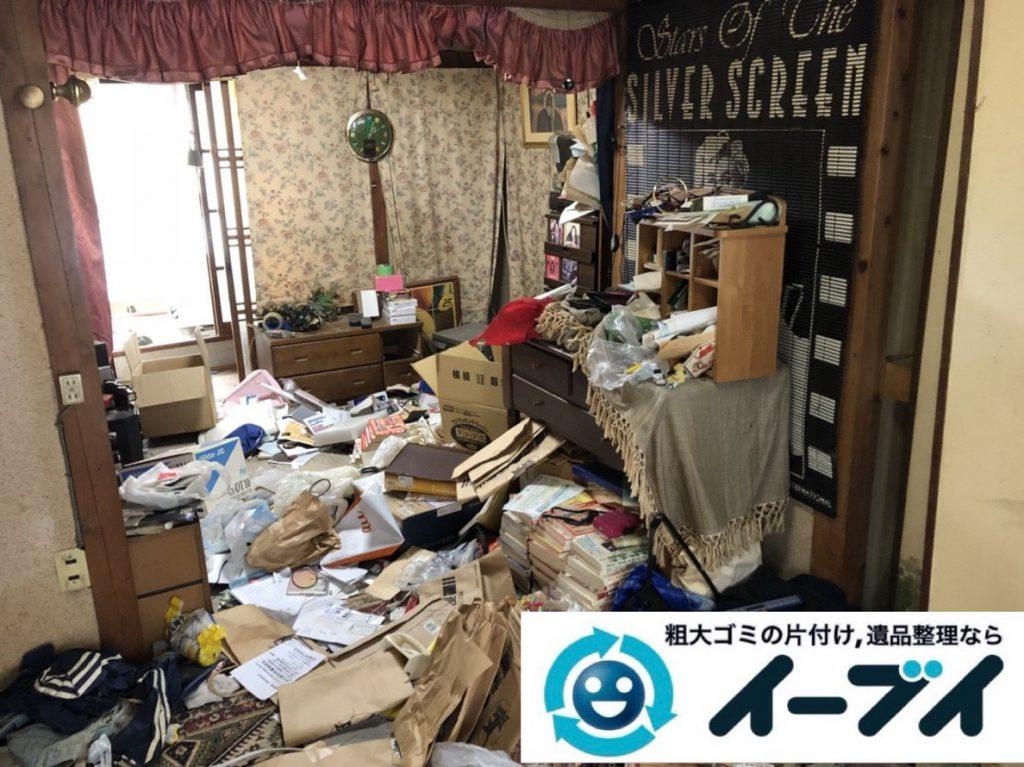 2019年3月16日大阪府堺市美原区で押しの踏み場がない物が散乱したゴミ屋敷の片付け。写真1