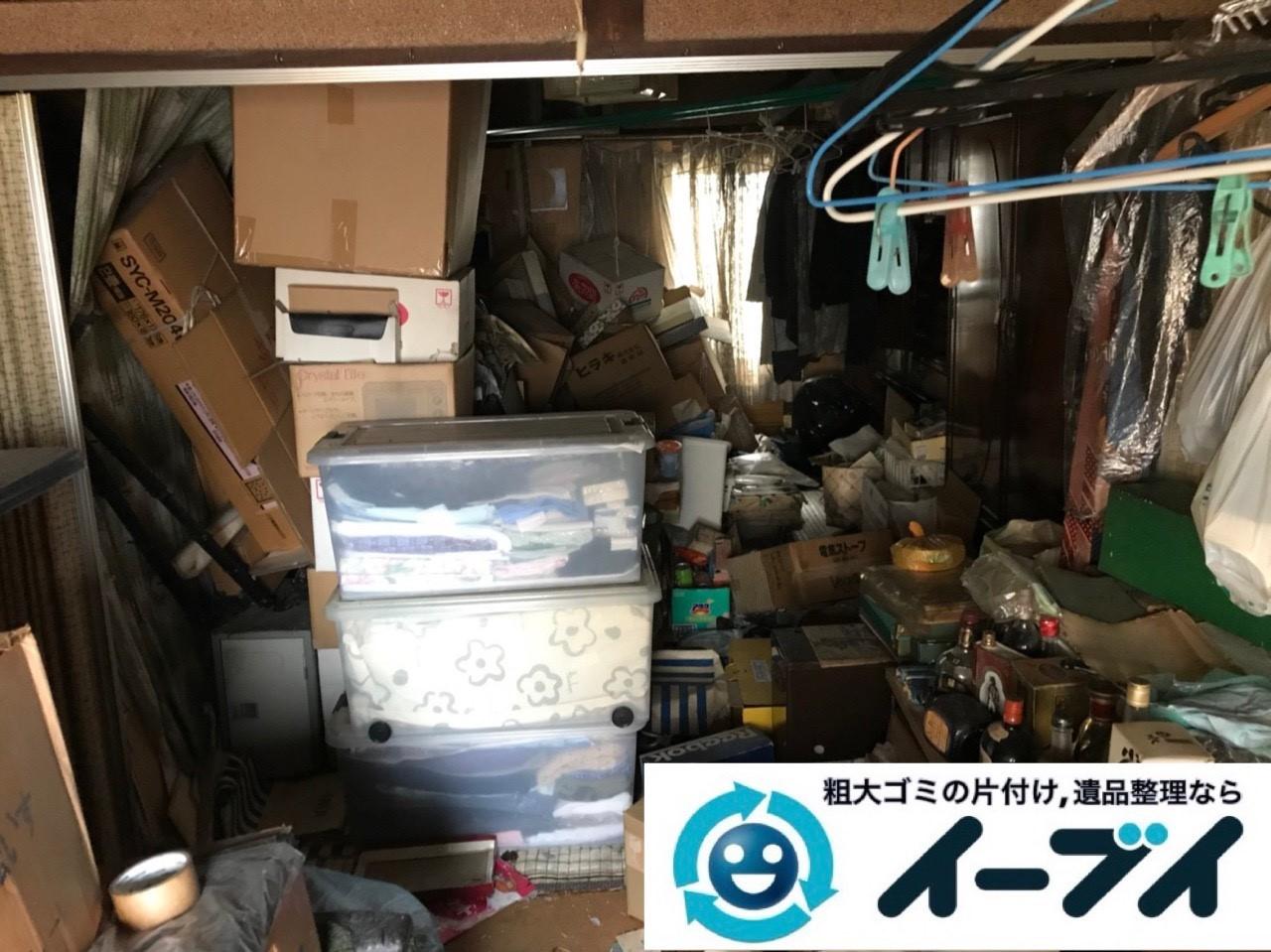 2019年5月3日大阪府堺市西区で箪笥や生活用品が散乱したゴミ屋敷の片付け作業。写真1