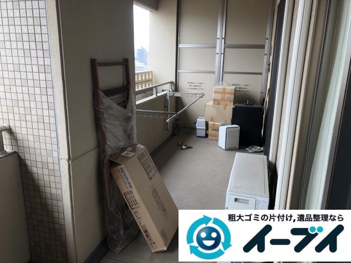 2019年5月29日大阪府大阪市北区でマンションのベランダの不用品回収作業。写真1