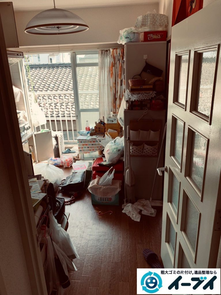 2019年5月大阪府高槻市で物や生活用品が散乱しゴミ屋敷化した汚部屋の片付け作業。10日写真1