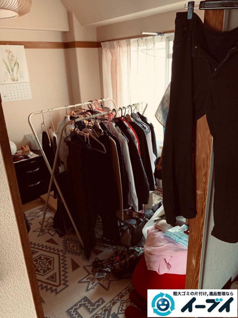 2019年4月30日大阪府大阪市中央区で衣類や散乱した生活用品などの不用品回収。写真3
