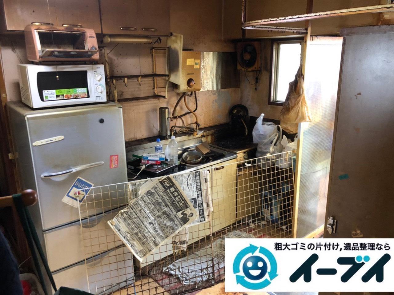 2019年7月3日大阪府大阪市港区で物やゴミが散乱した台所の片付け作業。写真4