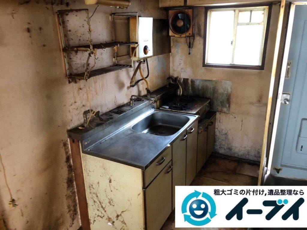 2019年7月3日大阪府大阪市港区で物やゴミが散乱した台所の片付け作業。写真3