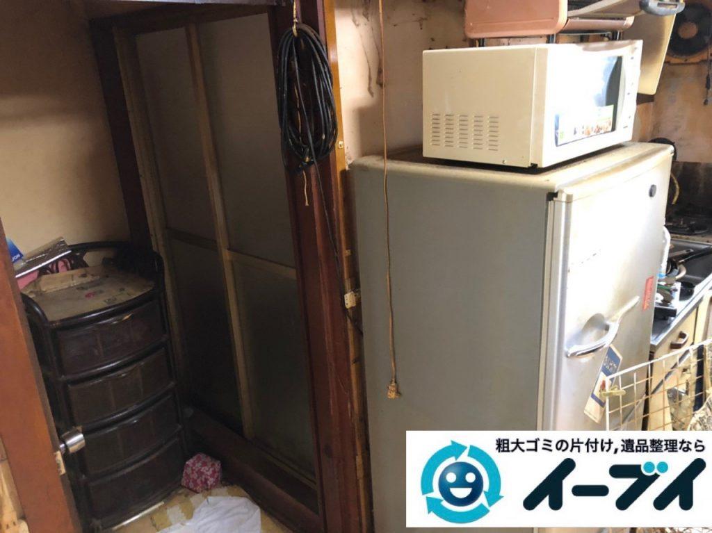 2019年7月3日大阪府大阪市港区で物やゴミが散乱した台所の片付け作業。写真2