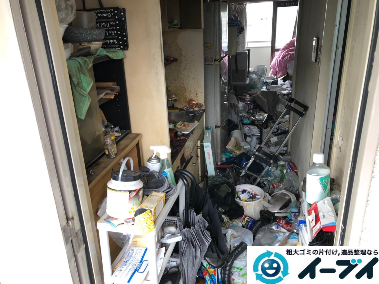 2019年8月7日大阪府大阪市東成区で生活用品や生活ゴミが散乱したゴミ屋敷の片付け作業。写真1