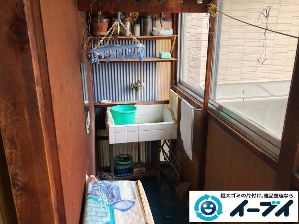 2019年7月23日大阪府堺市美原区で廊下に溜まった不用品回収作業。写真1