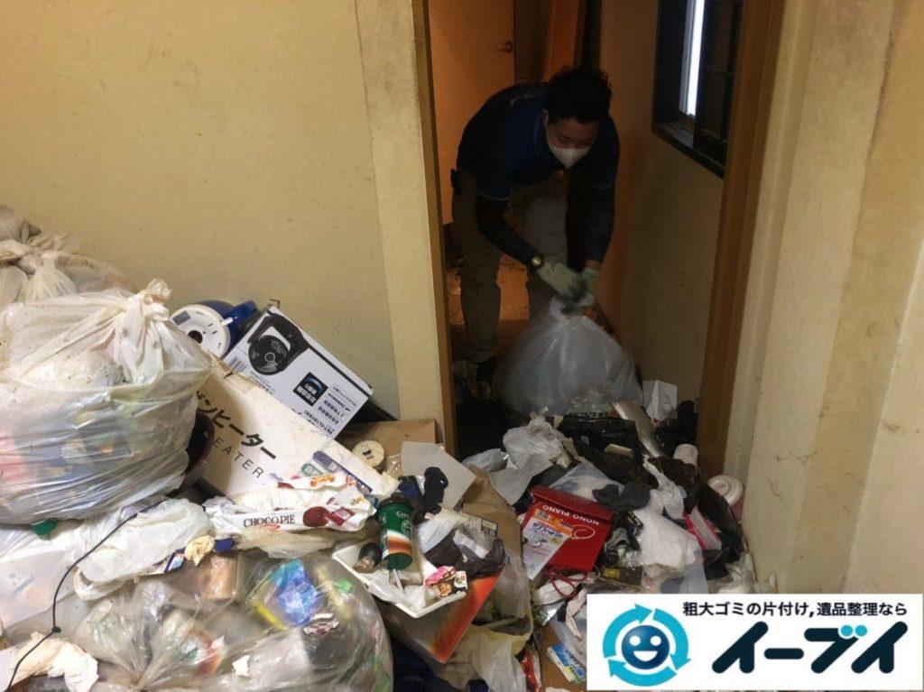 2019年8月28日大阪府大阪市此花区でペットボトルの食品ゴミや生活ゴミが散乱したゴミ屋敷の片付け作業。写真6