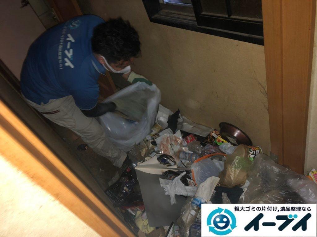 2019年8月28日大阪府大阪市此花区でペットボトルの食品ゴミや生活ゴミが散乱したゴミ屋敷の片付け作業。写真5日
