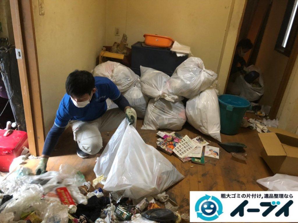 2019年8月28日大阪府大阪市此花区でペットボトルの食品ゴミや生活ゴミが散乱したゴミ屋敷の片付け作業。写真4