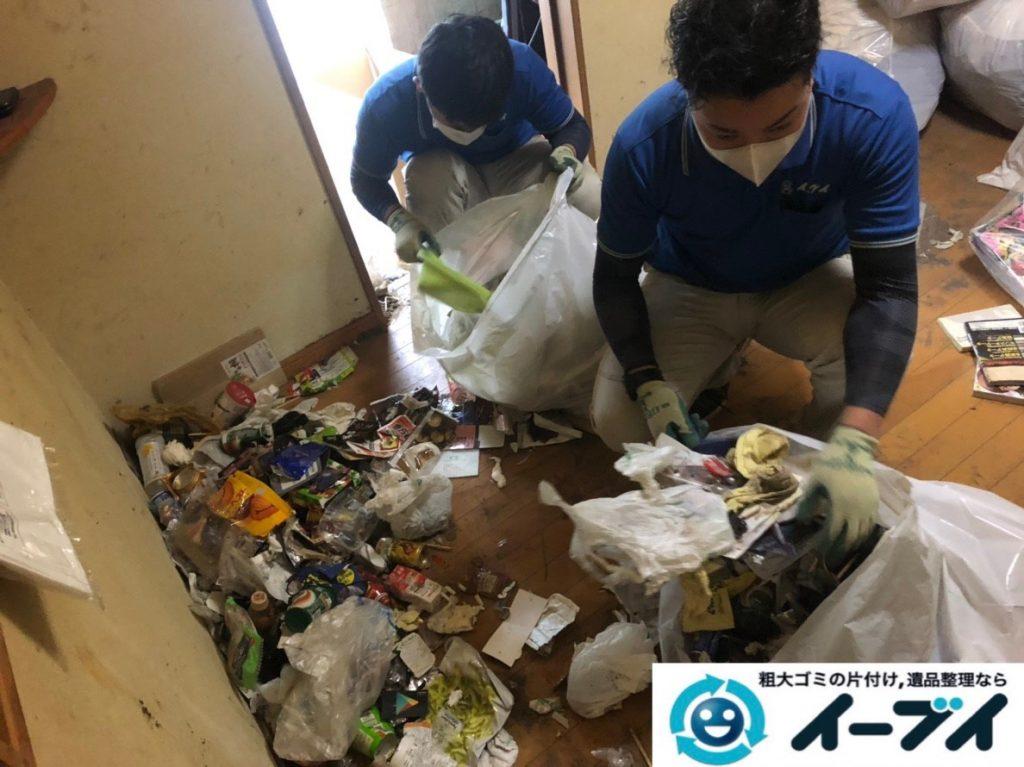 2019年8月28日大阪府大阪市此花区でペットボトルの食品ゴミや生活ゴミが散乱したゴミ屋敷の片付け作業。写真3