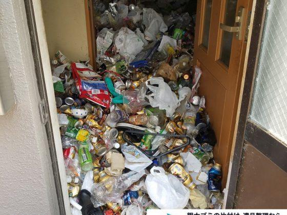 2019年8月28日大阪府大阪市此花区でペットボトルの食品ゴミや生活ゴミが散乱したゴミ屋敷の片付け作業。写真2