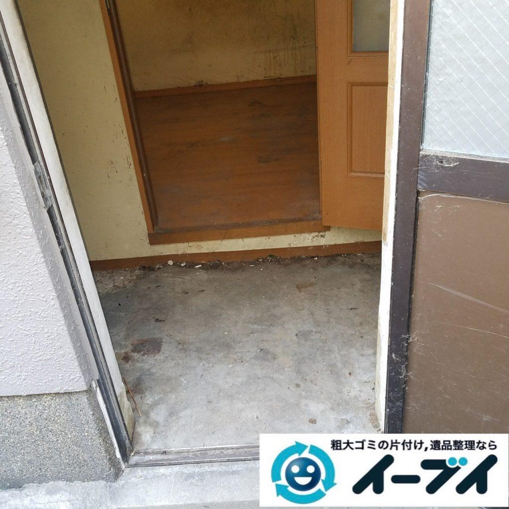 2019年8月28日大阪府大阪市此花区でペットボトルの食品ゴミや生活ゴミが散乱したゴミ屋敷の片付け作業。写真1