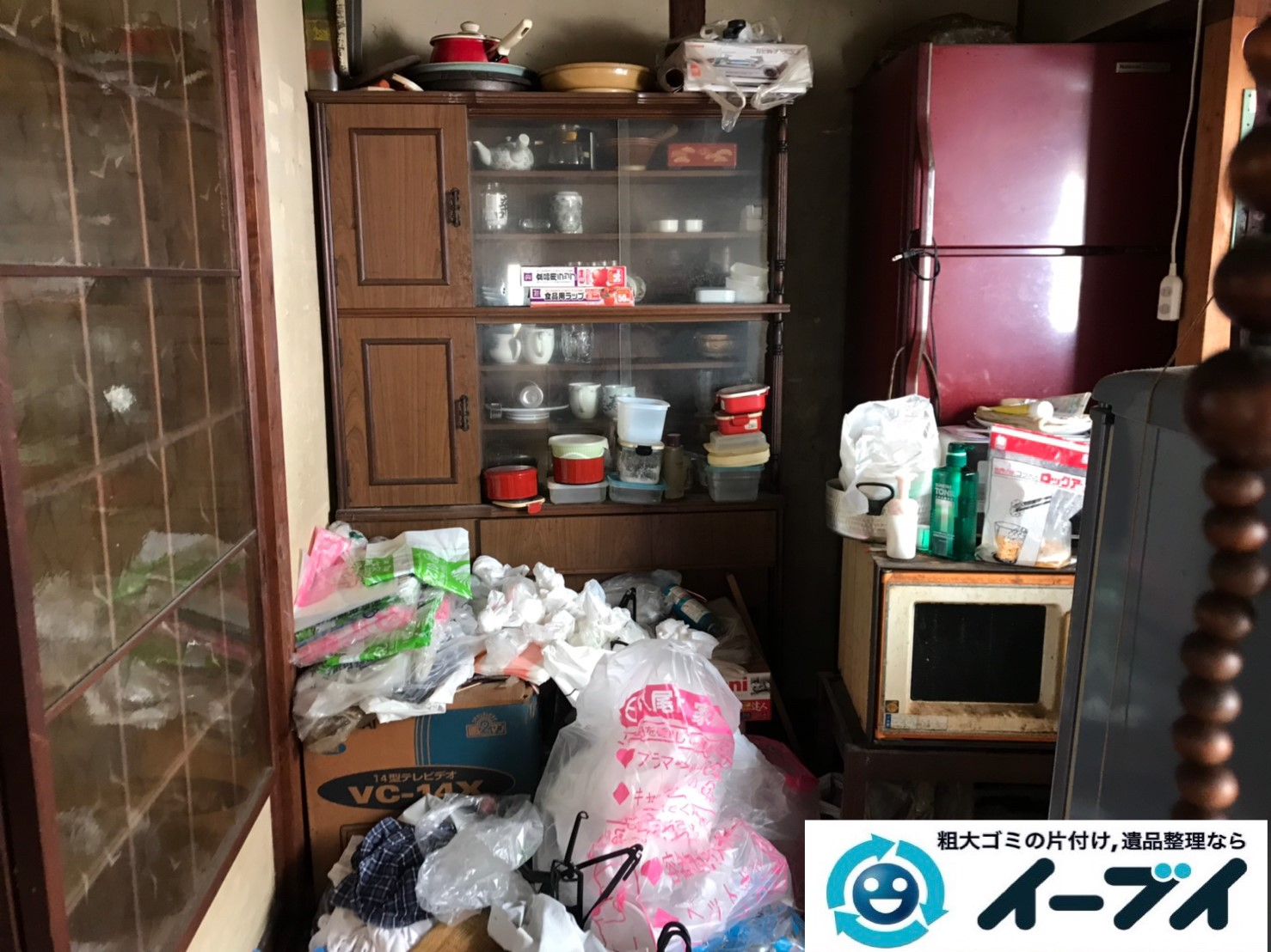 2019年11月27日大阪府堺市堺区でゴミ屋敷化した汚部屋の片付け作業。写真3