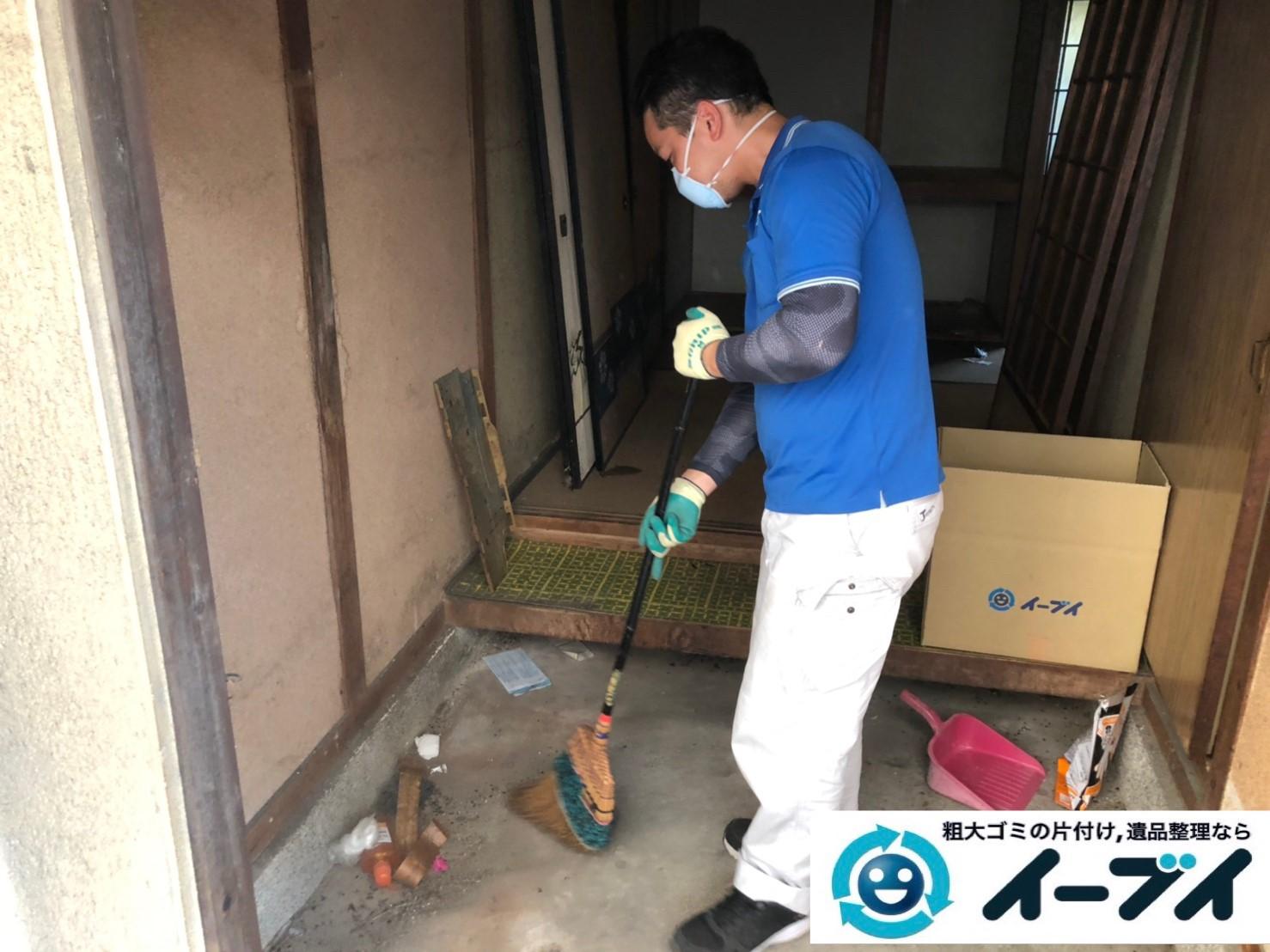 2019年12月5日大阪府大阪市港区で不用品回収させていただいた後の、ゴミなどの散乱した片付け作業。写真2