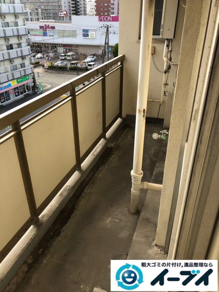2020年3月24日大阪府大阪市東成区でベランダの洗濯機、押し入れの布団などの片付け作業。写真4