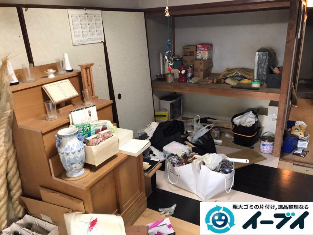 2020年4月27日大阪府大阪市浪速区で床が見えないほど、不要な物やゴミが散乱したゴミ屋敷の片付け作業。写真3