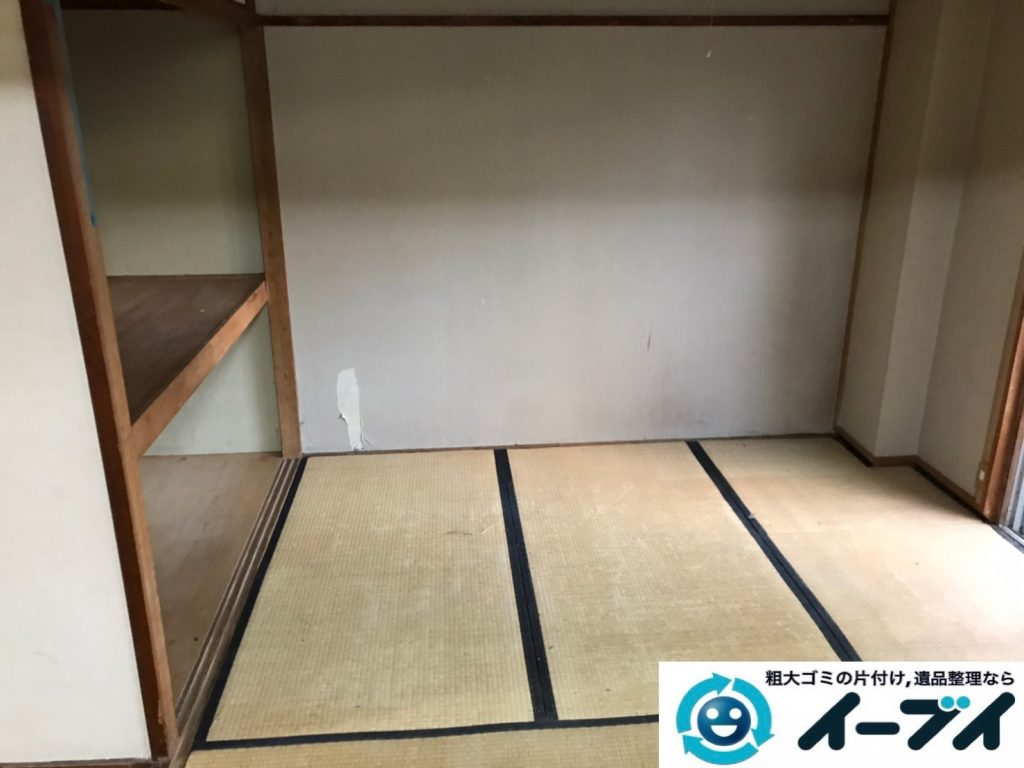 2020年4月27日大阪府大阪市浪速区で床が見えないほど、不要な物やゴミが散乱したゴミ屋敷の片付け作業。写真2