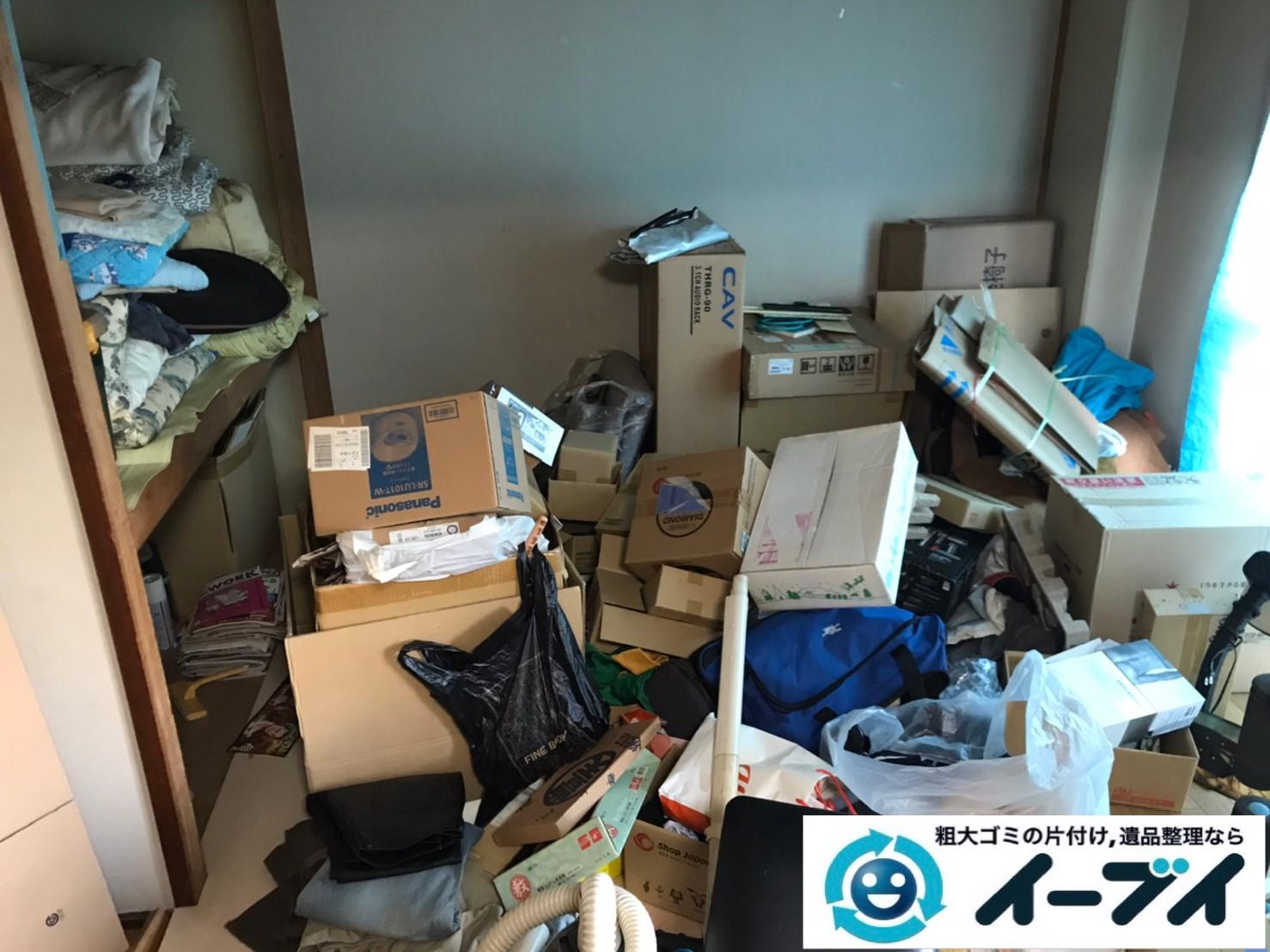 2020年4月27日大阪府大阪市浪速区で床が見えないほど、不要な物やゴミが散乱したゴミ屋敷の片付け作業。写真1