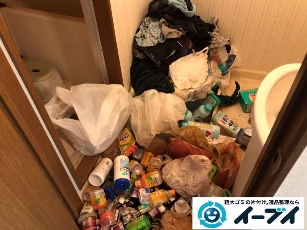 2020年5月11日大阪府大阪市淀川区で退去に伴い、ゴミが散乱したごみ屋敷の片付け作業。写真1