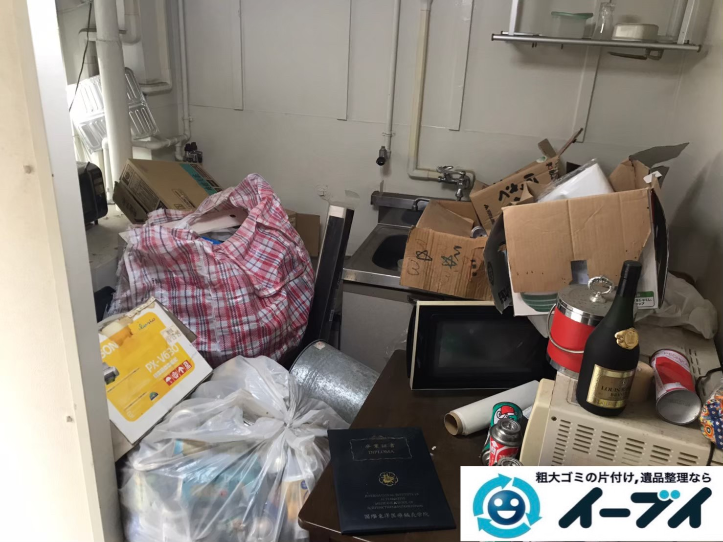 2020年7月10日大阪府交野市で不要な物やゴミが散乱しゴミ屋敷化した汚部屋の片付け作業です。写真3