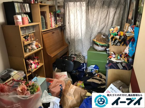 2020年8月10日大阪府大阪市西区で粗大ゴミや生活用品、日用ゴミが散乱したゴミ屋敷の片付け作業。写真2