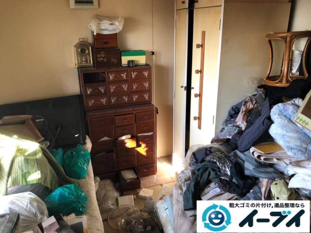 2020年9月22日大阪府太子町で衣類や生活用品などが散乱したゴミ屋敷の片付け作業です。写真2
