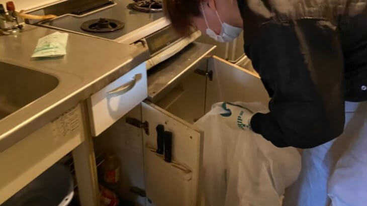 2021年6月15日大阪府大阪市北区で台所の片付けに伴い、冷蔵庫などの不用品回収。写真2